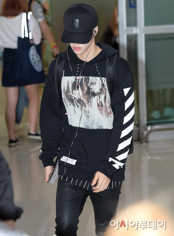 korea korean kpop idol boy band group got7 GOT7 Mark's airport fashion casual black hoodie look outfits for guys kpopstuff