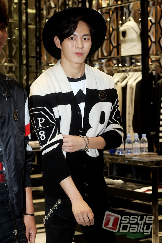 korea korean kpop idol boy band group vixx fedora fashion hongbin casual streetwear black hat wide brim outfit style looks for guys kpopstuff