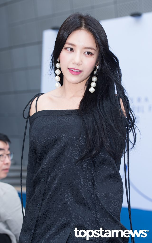 korea korean kpop idol girl group band aoa hyejung's 2017 seoul fashion week off shoulder dress earrings style formal outfit girls kpopstuff