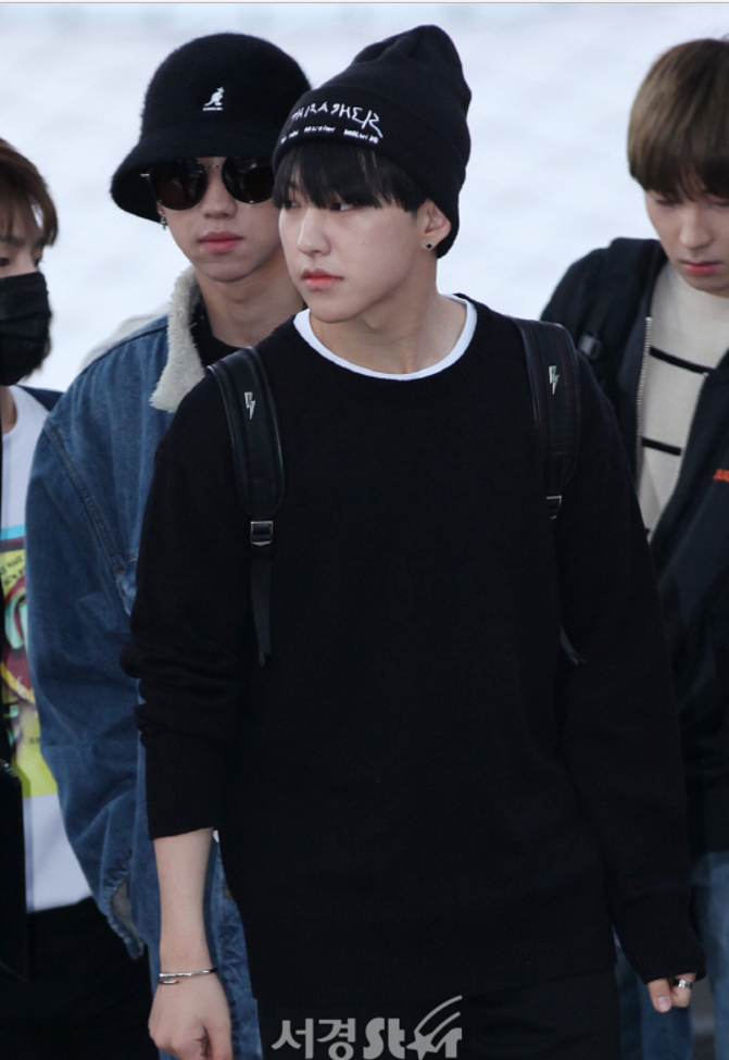 korea korean kpop idol boy band group seventeen hoshi's airport fashion all black knitwear casual streetwear outfit styles for guys men kpopstuff