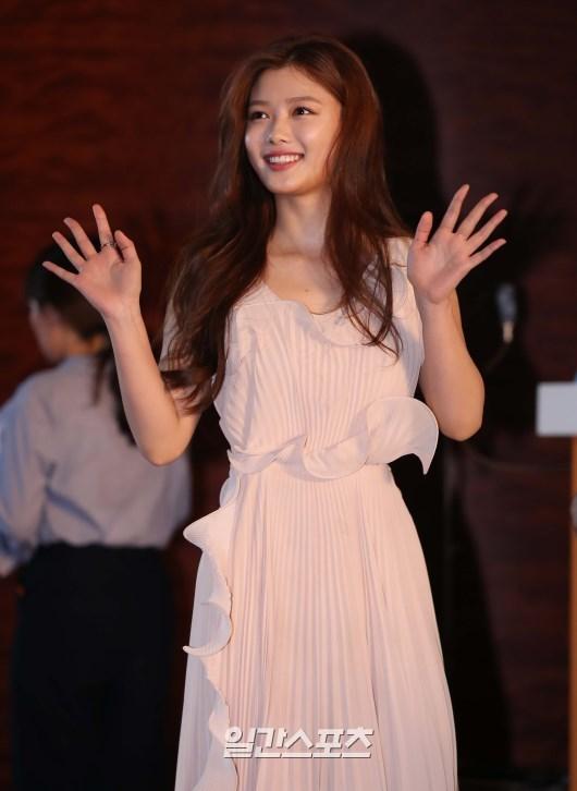 korea korean kpop idol drama kdrama actress kim yoo jung's dress at baeksang awards night pink creme elegant dress fashion style outfits girls kpopstuff